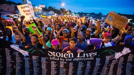 ferguson-protesters-defy-curfew.si