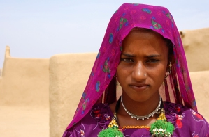 Young_muslim_woman_in_the_Thar_desert_near_Jaisalmer,_India